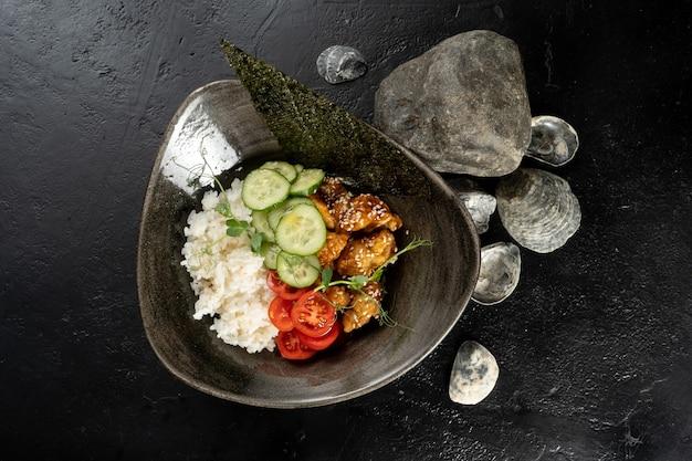 Курица терияки с рисом и овощами.