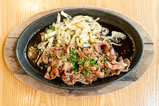 양배추와 뜨거운 냄비에 데리야끼 돼지 고기-일본식 스타일