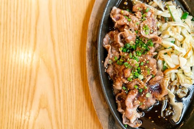 キャベツと熱い鍋の照り焼き豚肉
