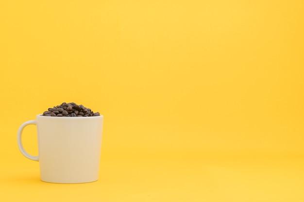 Терминал кофейных зерен желтый фон сцены