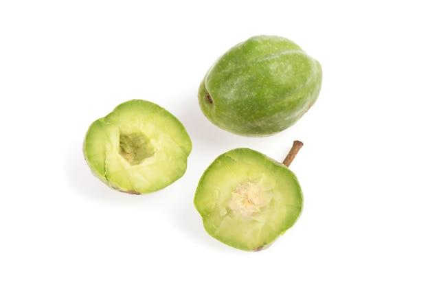 Terminalia chebulaまたはchebulicミロバラン、白い背景で隔離の果物。上面図、フラットレイ。
