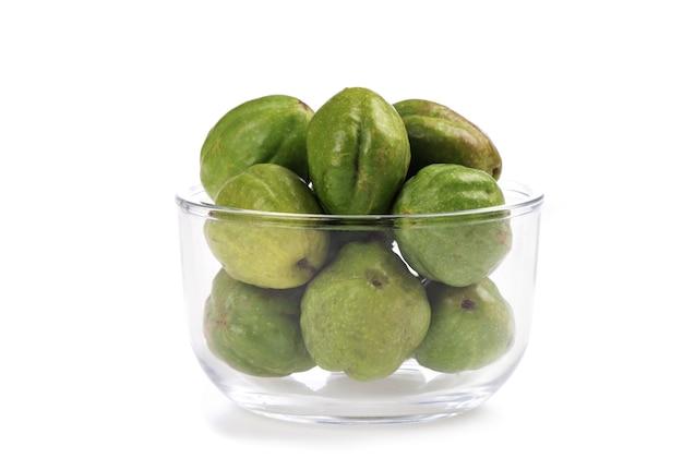 Terminaliachebulaまたはchebulicmyrobalans、白い背景で隔離の果物。