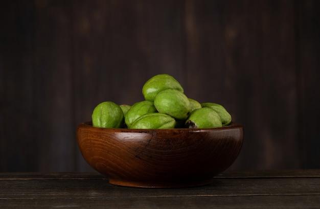 Terminaliachebulaまたはchebulicmyrobalans、古い木製のテーブルの上の果物。