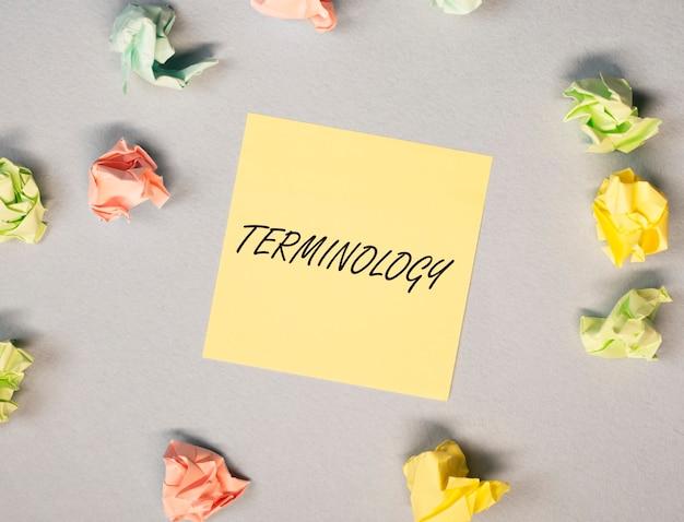 금융 비즈니스 및 회계 용어의 밝은 노란색 사무실 종이 노트 개념에 용어 단어