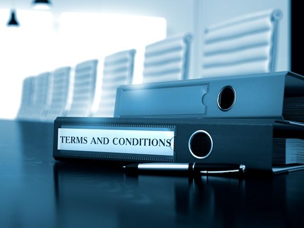 Положения и условия - иллюстрация. положения и условия - папка на деревянном столе. условия и положения. иллюстрация на тонированном фоне. 3d визуализация.
