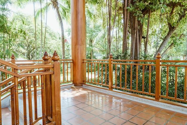 木製の手すりとジャングルのテラス