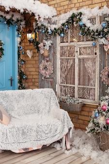 Терраса дома, украшенного к рождеству