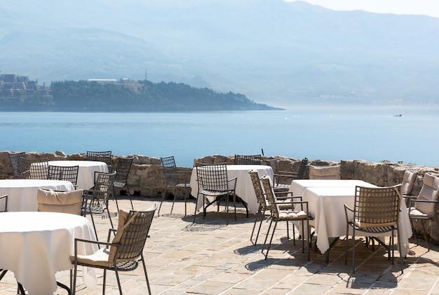 モンテネグロの高級海岸ホテルのテラス