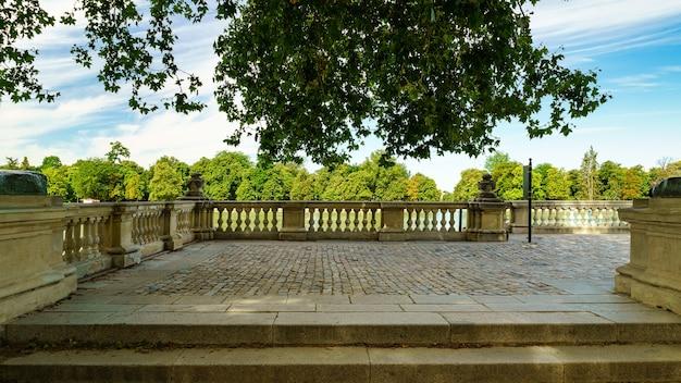 マドリードのレティーロ湖のほとりにあるテラスで、散歩や休憩をお楽しみください。