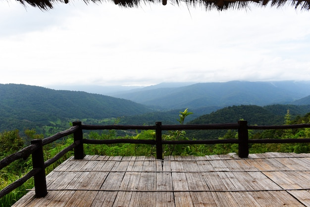 Терраса с видом лес зеленый гора пейзаж балкон на открытом воздухе удивительная точка зрения природа холм