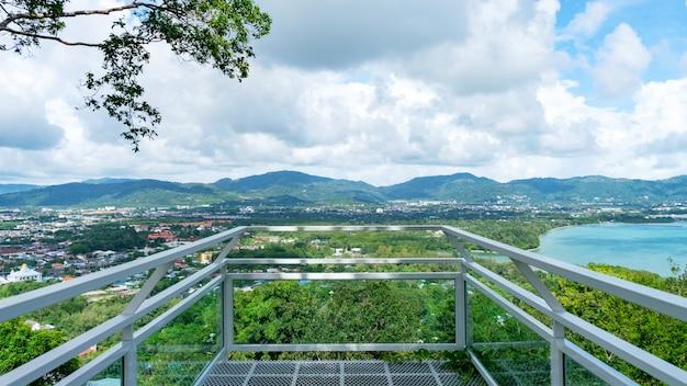 タイのプーケットの熱帯の海と山の青い空の白い雲の美しい風景の景色を望むテラス。