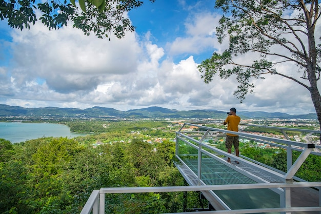 プーケットタイの熱帯の海と山の青い空の白い雲の美しい風景の景色を望むテラス