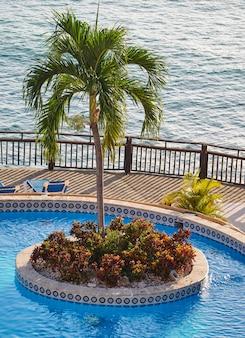 プールと素晴らしい海の景色を望むテラス。