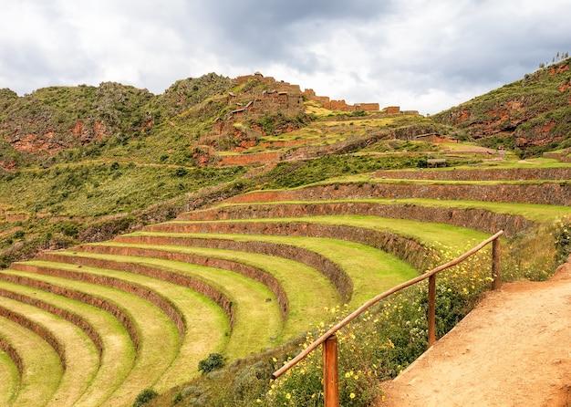 Террасы и древняя деревня инков, пики. перу. южная америка