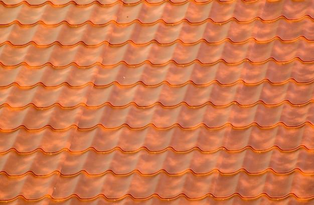 금속 디테일의 테라코타 지붕 타일