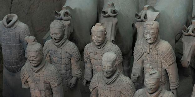 Терракотовые воины и статуя лошади в музее армии терракотовых воинов, сиань, китай.