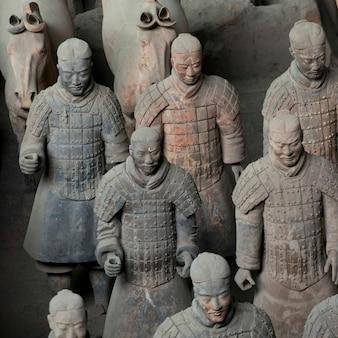 Терракотовые воины и статуи лошадей в музее армии терракотовых воинов, сиань, китай.