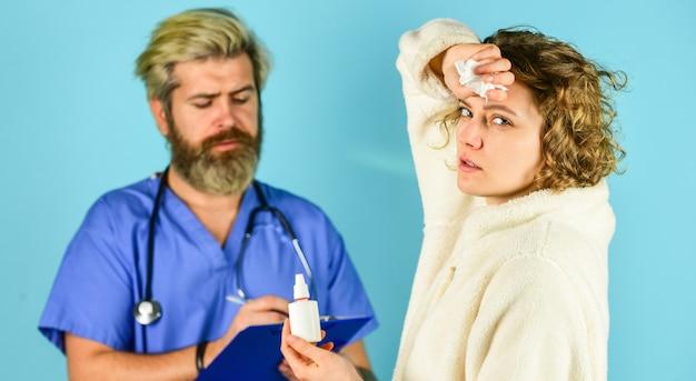 심한 두통. 병원에서 의사와 환자 회의입니다. 헬스 케어 전문가. 의료 및 의료. 의사와 환자가 치료에 대해 논의하고 있습니다. 질병 진단에 대한 상담.