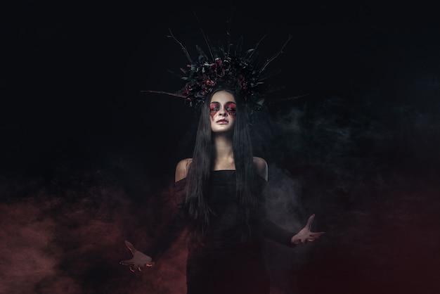 ひどいホラーハロウィーンの吸血鬼の女性の肖像画。