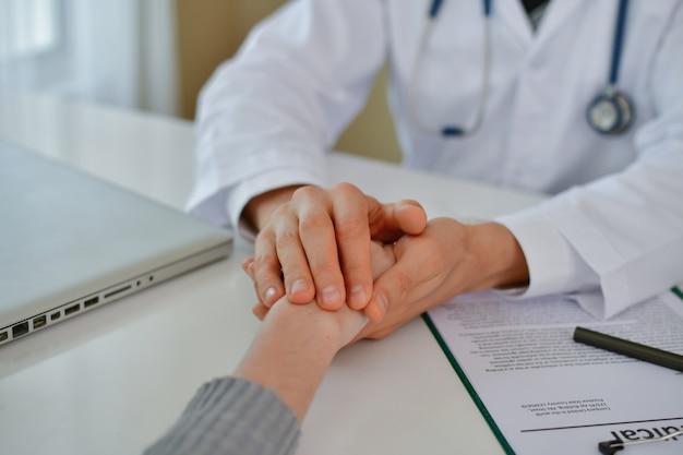 끔찍한 의료 개념. 의사의 진단에 스트레스가 많은 환자.