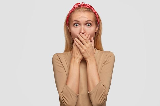 恐怖の金髪のガールフレンドは、興味をそそる噂を聞き、両手で口を覆い、カメラを見つめ、舌を保持しようとします