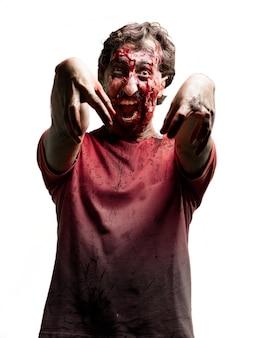 Zombie terrorizzato con le braccia alzate
