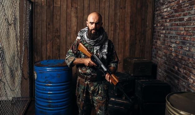 제복을 입은 테러리스트, 칼라 시니 코프 소총 보유