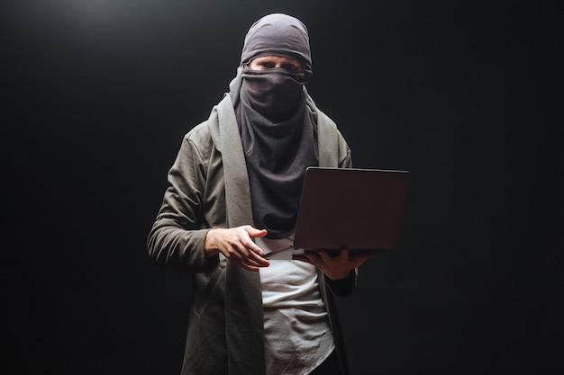 검은 배경에 노트북과 테러
