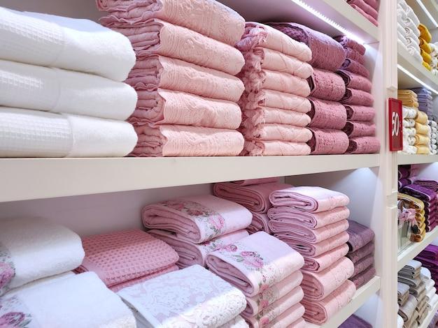 店内の棚には色とりどりのテリータオルが綺麗に折りたたまれています