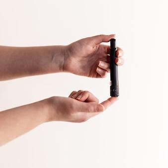 Тест на диабет, женщина. проверка уровня сахара в крови крупным планом