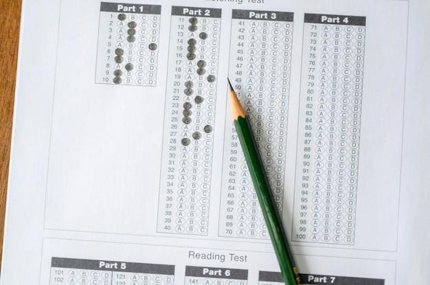 生徒の机の上に置かれた試験紙と鉛筆