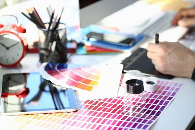 カラーテストデザインファンテイルと虫眼鏡で印刷用紙ページをテストする
