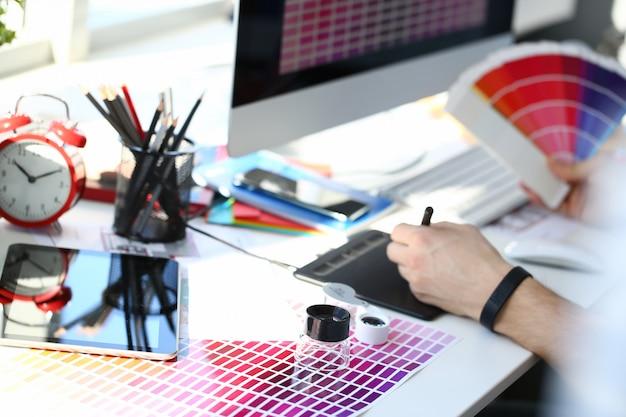 Пробная печать на бумажной странице с цветным тестовым дизайном веером и увеличительным стеклом