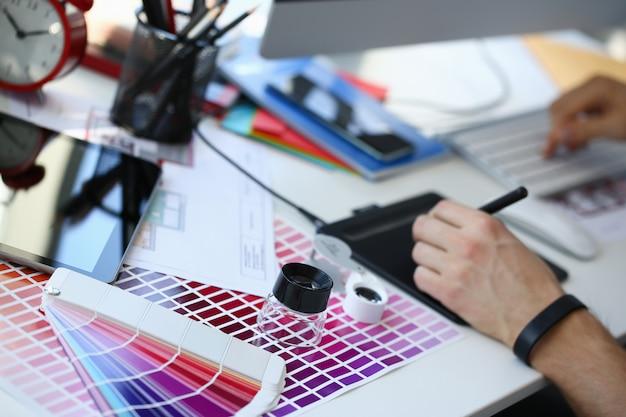 컬러 테스트 디자인 fantail 및 돋보기가있는 테스트 인쇄 용지 페이지