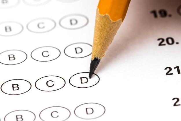 解答と鉛筆でスコアシートをテストします。閉じる。