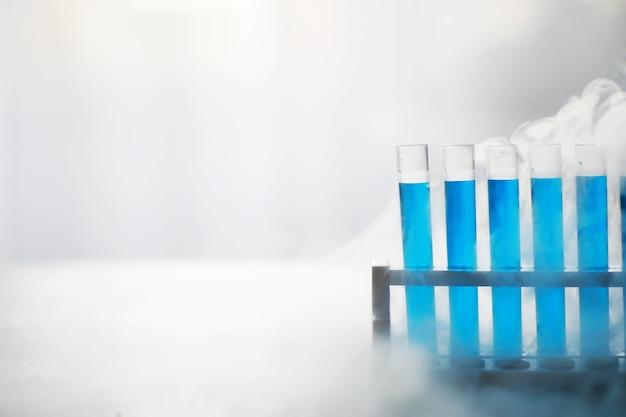 유리의 시험관은 새로운 액체 용액인 포타슘 블루가 화학 약학 암 제조를 사용하여 다양한 버전의 시약을 취하는 분석 반응을 수행합니다.