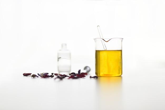 血清の準備における植物抽出物と植物油を含む試験管