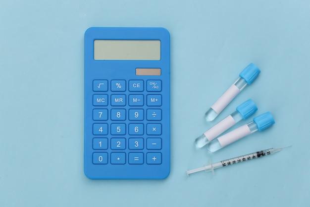 파란색 배경에 시험관, 계산기, 주사기. 평면도