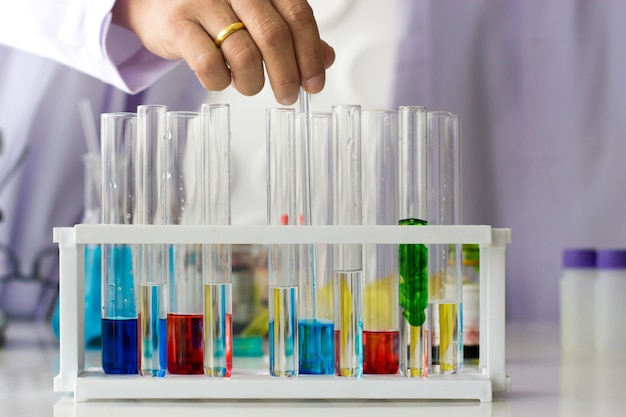 Пробирки с яркими жидкостями и учеными