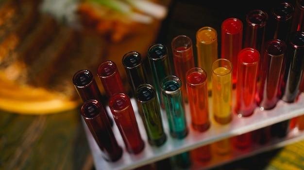다양한 색상의 액체가 있는 시험관. 시험관 어두운 막대의 알코올. lviv 우크라이나의 바에서 찍은 사진