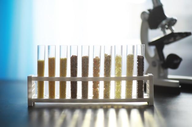 淘汰植物の種子を入れた試験管。実験室での農業用穀物と種子の分析研究