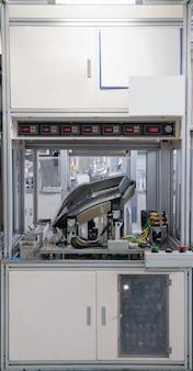 自動車のヘッドライトの漏れをテストします。車のヘッドランプの品質管理の工場設備