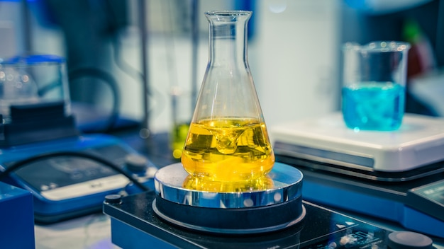 Испытательная фляга в научной лаборатории