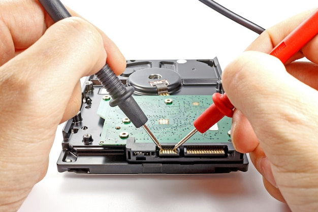 白のマルチメータプローブによるハードディスクドライブのテスト
