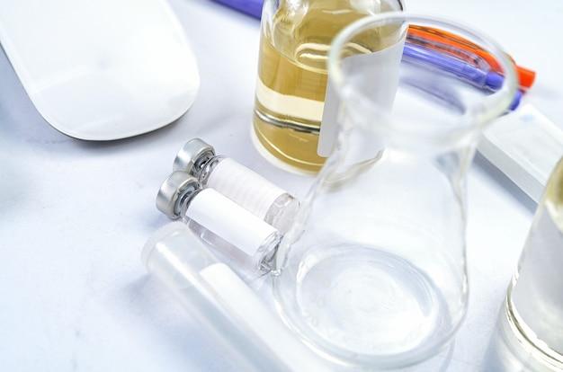 Результат набора для тестирования с помощью устройства для экспресс-теста на covid-19. тестовый набор лабораторных карточек и оборудование на вирусный новый коронавирус. вид сверху
