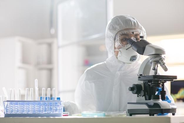 Тестирование образца вируса в лаборатории