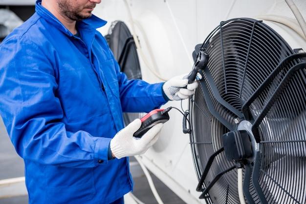 Тестирование анемометром осевого вентилятора компрессорно-конденсаторного агрегата.