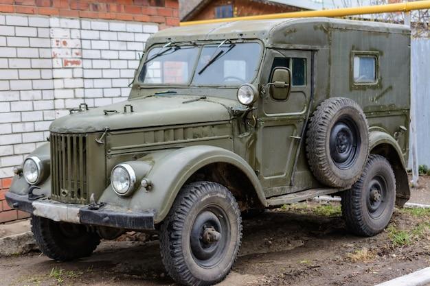 Тетюши, татарстан / россия - 2 мая 2019 г .: ретро-автомобиль газ-69 возле дома на улице. старинный ретроавтомобиль газ-69 - это полноприводный легкий грузовик, выпускаемый газом.