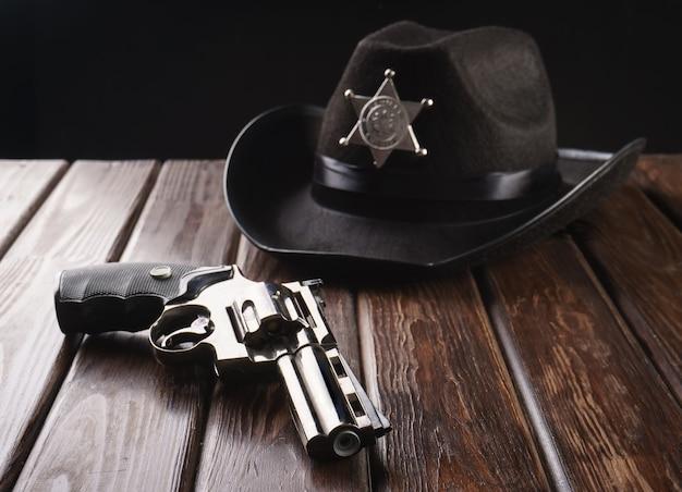 ウエスタンスタイルとリボルバーのテキサス警察保安官の帽子