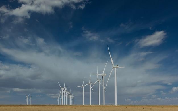 テキサス西部の美しい空にあるテキサス風力タービンファーム
